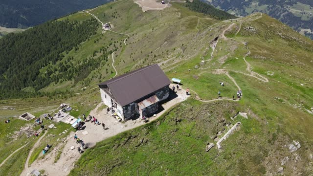 vídeos de stock e filmes b-roll de 4k video shooting with drone of a mountain refuge, in the italian alps dolomites. breathtaking views, with mountain routes, tourists, valleys and peaks. - filme documentário