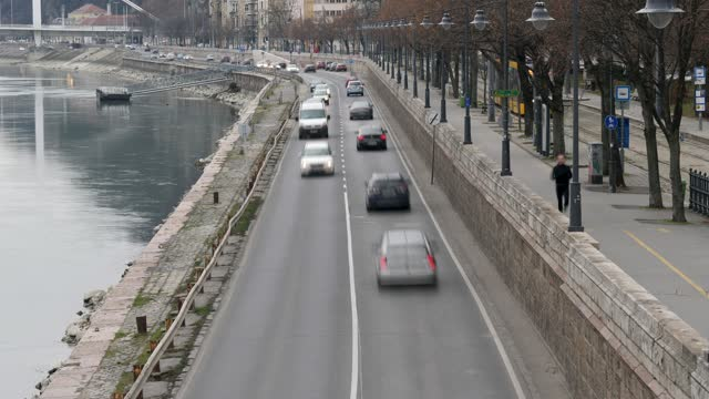 4k view of everyday rush hour traffic along the danube river side in budapest hungary - széchenyi chain bridge stock videos & royalty-free footage