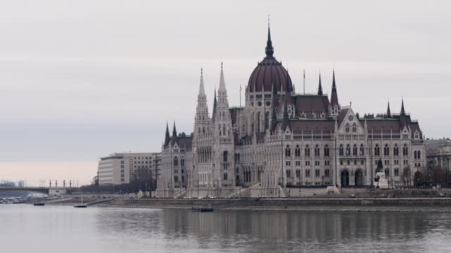 4k view of hungarian parliament and danube river, budapest hungary - széchenyi chain bridge stock videos & royalty-free footage