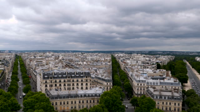 vídeos de stock e filmes b-roll de 4k view of the paris skyline cityscape include eiffel tower in france. wide panning view of sprawling urban metropolis of the french capital. - bulevar