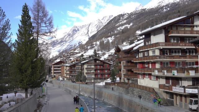 4k view on zermatt village, switzerland - stazione sciistica video stock e b–roll