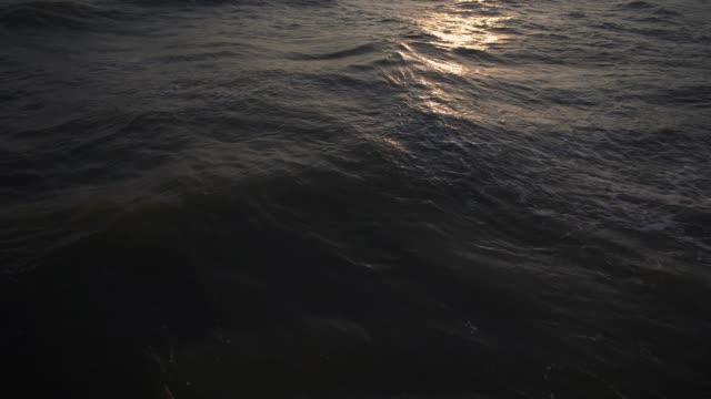 vidéos et rushes de 4 modèle de vague k le matin avec le soleil reflètent. - orange
