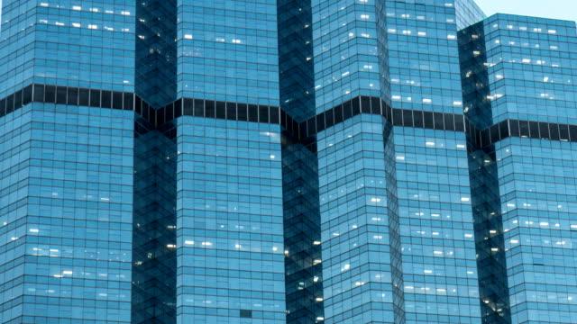 4 k windows bürogebäude für hintergrund - office block exterior stock-videos und b-roll-filmmaterial