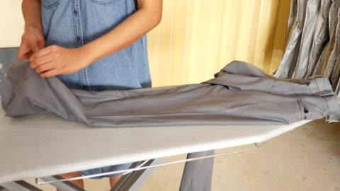 4 k : 女性衣類のアイロンサービス - アイロン台点の映像素材/bロール