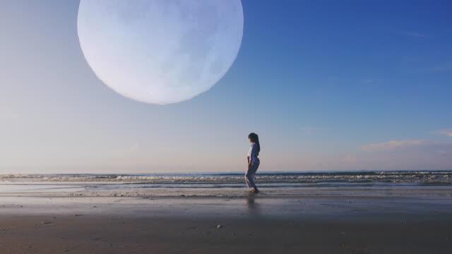 4k: jonge vrouwen Practising Martial Arts buiten op het strand, de volledige maan achtergrond