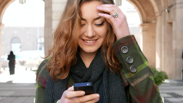 4K_Teen girl texting on cell phone