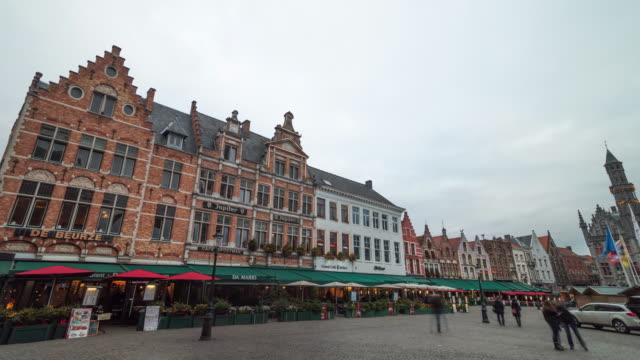 4k_timelapse : grote markt square in bruges, belgium - markt stock videos & royalty-free footage