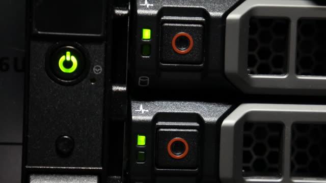 vidéos et rushes de 4 k :  alerte de l'alarme de serveur de stockage - vigilance