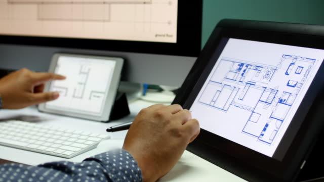 vidéos et rushes de 4 k  :   architecte travaillant sur un ordinateur portable et de comparer structure - structure bâtie