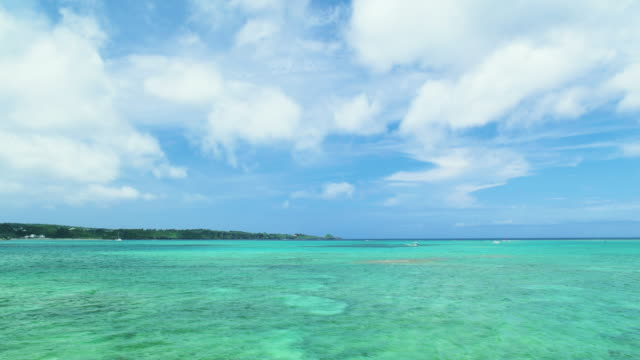 4 k, blauer himmel und grün ozean. okinawa, japan - horizon over water stock-videos und b-roll-filmmaterial