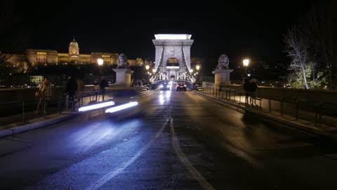 4k:budapest ungern chain bridge på natt time-lapse rörelse - ungersk kultur bildbanksvideor och videomaterial från bakom kulisserna