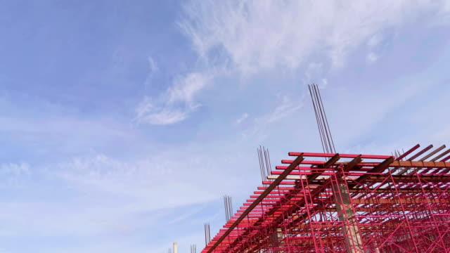 4k:baugebiet und klarer blauer himmel mit wolkenlandschaft - hanging gallows stock-videos und b-roll-filmmaterial