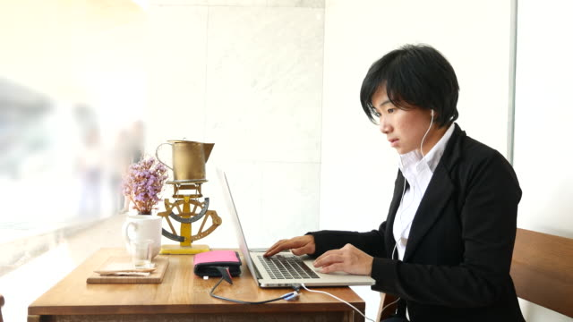 4K:Business woman typing her Laptop