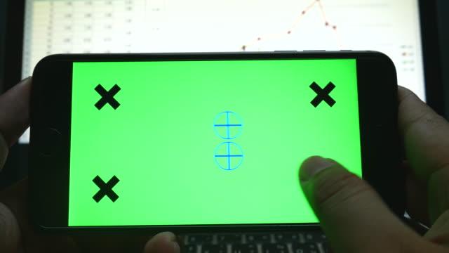 4 K: Geschäftsmann Diagramm Markt Daten auf mobilen Smartphone, green-screen