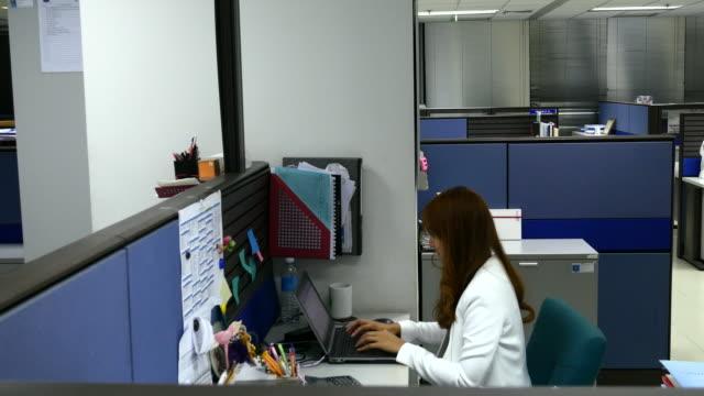 4 k :  geschäftsfrau überstunden im büro allein - home economics stock-videos und b-roll-filmmaterial