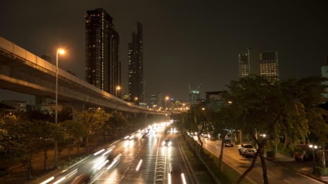 4K:Cars en het treinstation op de spitsuren na het werk