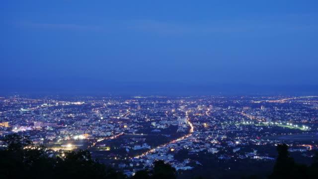 4 k: tag in der stadt in der nacht mit blick auf die stadt-zeitraffer in chiangmai, thailand - île de france stock-videos und b-roll-filmmaterial