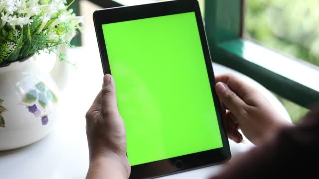 vídeos de stock, filmes e b-roll de 4k: feche acima do homem que prende o pc em branco da tabuleta com tela verde - espaço vazio