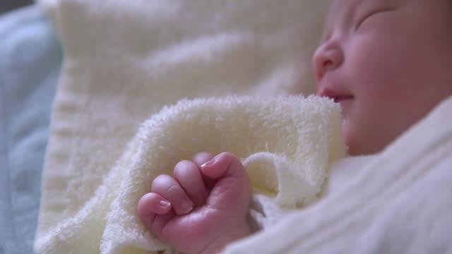 4 k 、クローズアップ写真、日本の新生児いただけます。 - 赤ちゃん点の映像素材/bロール