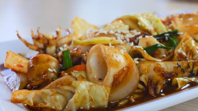 vídeos de stock e filmes b-roll de 4 k :  cozinhar tailandês marisco, plano charriot - concha utensílio de servir
