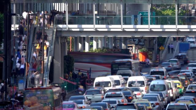 vidéos et rushes de 4k:crowd de personnes marchant avec embouteillage, time lapse - train aérien