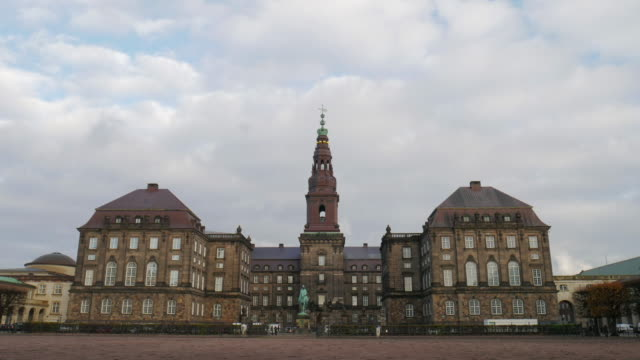 stockvideo's en b-roll-footage met 4k:denmark, kopenhagen christiansborg paleis en huizen het deense parlement - politics and government