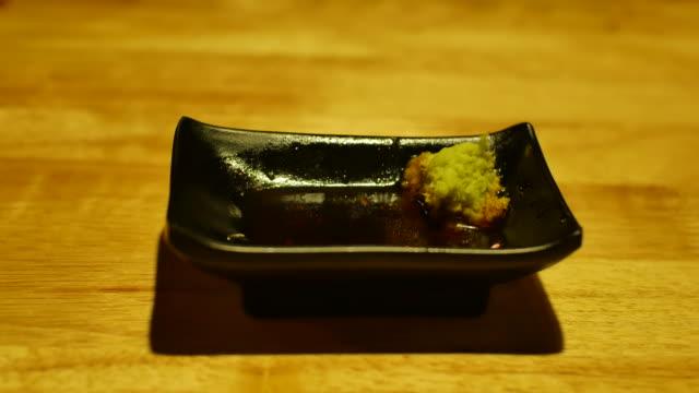 vídeos de stock, filmes e b-roll de 4k:dolly tiro: comer sashimi de salmão - sashimi