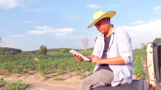 キャッサバ畑における品質検査デジタル タブレットを使用して 4k:farmer - 30代の男性点の映像素材/bロール