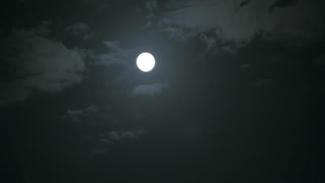 vídeos de stock e filmes b-roll de 4 k, t/l, lua cheia e nuvens. - mês