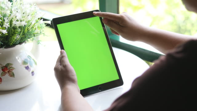 4K:iPad green screen tablet one click close up with hand