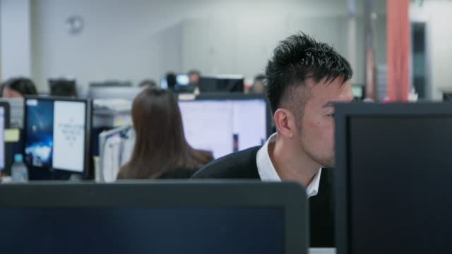 4k,japanese businessman work in office. - 男点の映像素材/bロール
