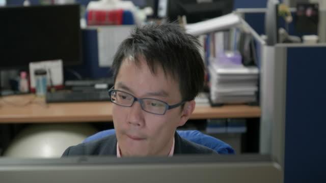 4k,japanese businessman working in office. - コンピュータ機器点の映像素材/bロール