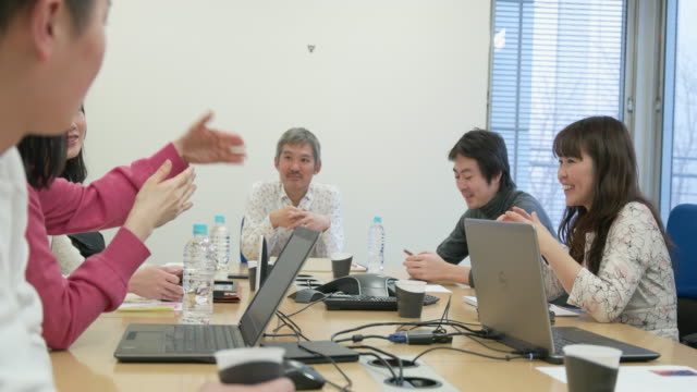 vídeos de stock, filmes e b-roll de 4k,japanese businessmen and businesswomen having a meeting. - extremo oriente