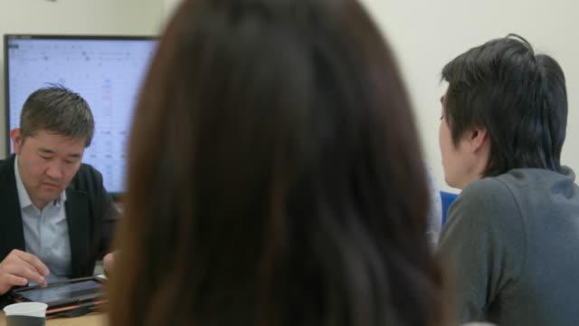 4k,japanese businessmen and businesswomen having a meeting. - カジュアルウェア点の映像素材/bロール