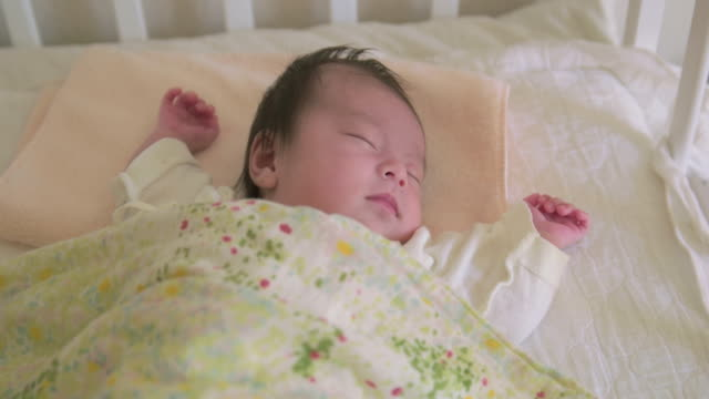 4 k, giapponese neonato di dormire. - 0 11 mesi video stock e b–roll
