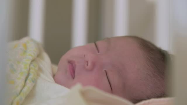 vidéos et rushes de 4 k, japonais nouveau-né bébé dormir. - vêtement de bébé