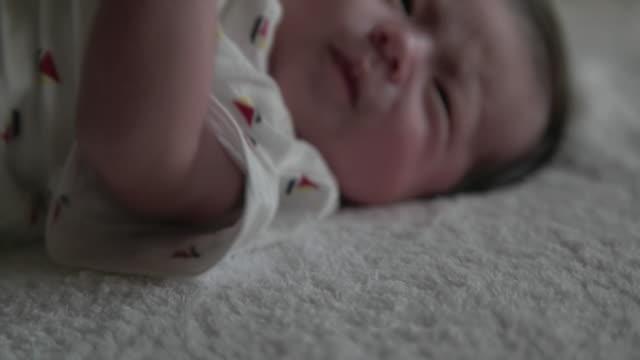 vidéos et rushes de 4 k, japonais nouveau-né bébé. - vêtement de bébé