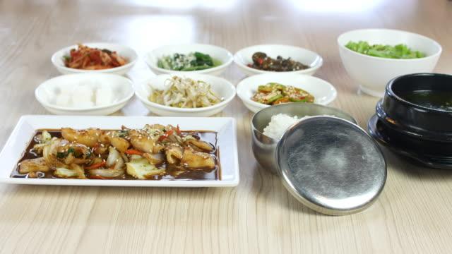 4 k  : 韓国料理のセット、サイドディッシュ、ドリー撮影 - 玄米点の映像素材/bロール