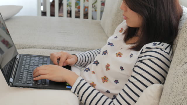 4K:Lifestyle Woman working at home