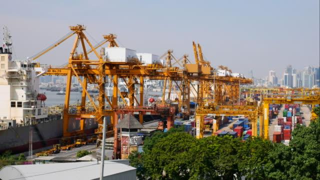4 K: carregar carga de camiões para containership no porto de transporte