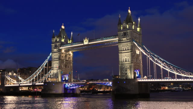 4k:london tower bridge at night - london bridge england stock videos & royalty-free footage