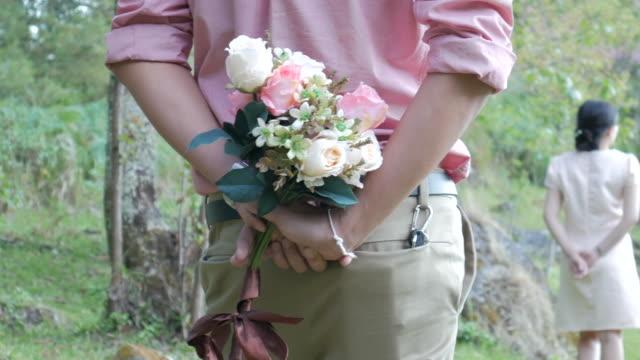 4 K: uomo fare una proposta alla donna con fiore per matrimonio