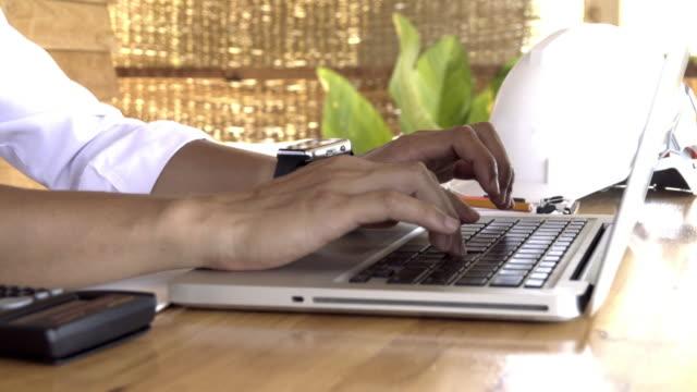 4k, iemands handen laptop met leeg scherm op Bureau in interieur.
