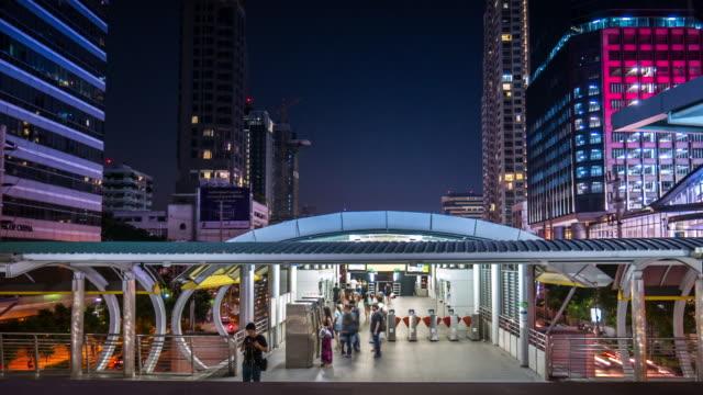 4 k: u-bahn-station u-bahn und passagier mit zeitraffer-bewegung - rolltreppe stock-videos und b-roll-filmmaterial