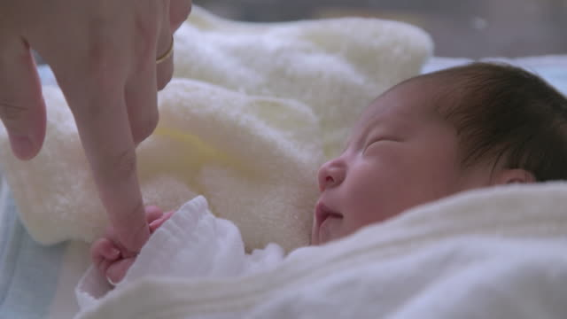 4 K, Mutter Ihr Neugeborenes baby hand berühren.