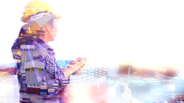 vídeos y material grabado en eventos de stock de mujer de 4k:multiple exposición de ingeniero con smartphone en puerto industrial con el fondo de la nave de contenedores. - grulla de papel