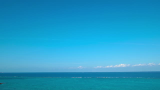 4k,ocean and sky.okinawa,japan - orizzonte sull'acqua video stock e b–roll