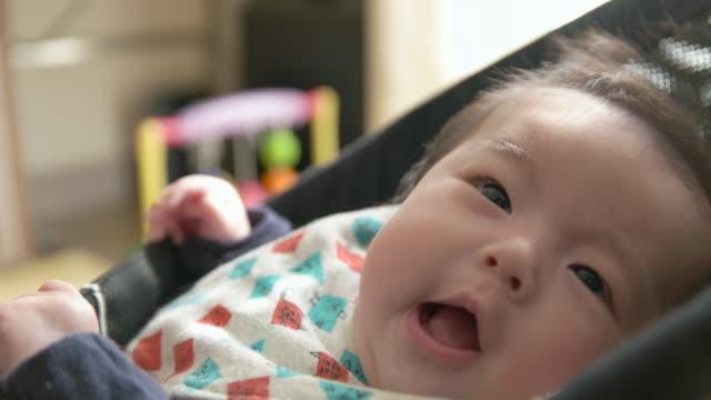 4 k 、親 pov ショットが日本の赤ちゃん。 - 赤ちゃん点の映像素材/bロール
