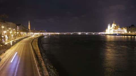 4k:parliament byggnad budapest ungern och donau floden på natten - ungersk kultur bildbanksvideor och videomaterial från bakom kulisserna