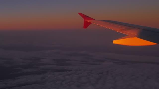 4 K: aereo vicino alla finestra tramonto e nuvole cielo